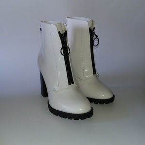Simply Vera Vera Wang Grouse White Booties Size 6